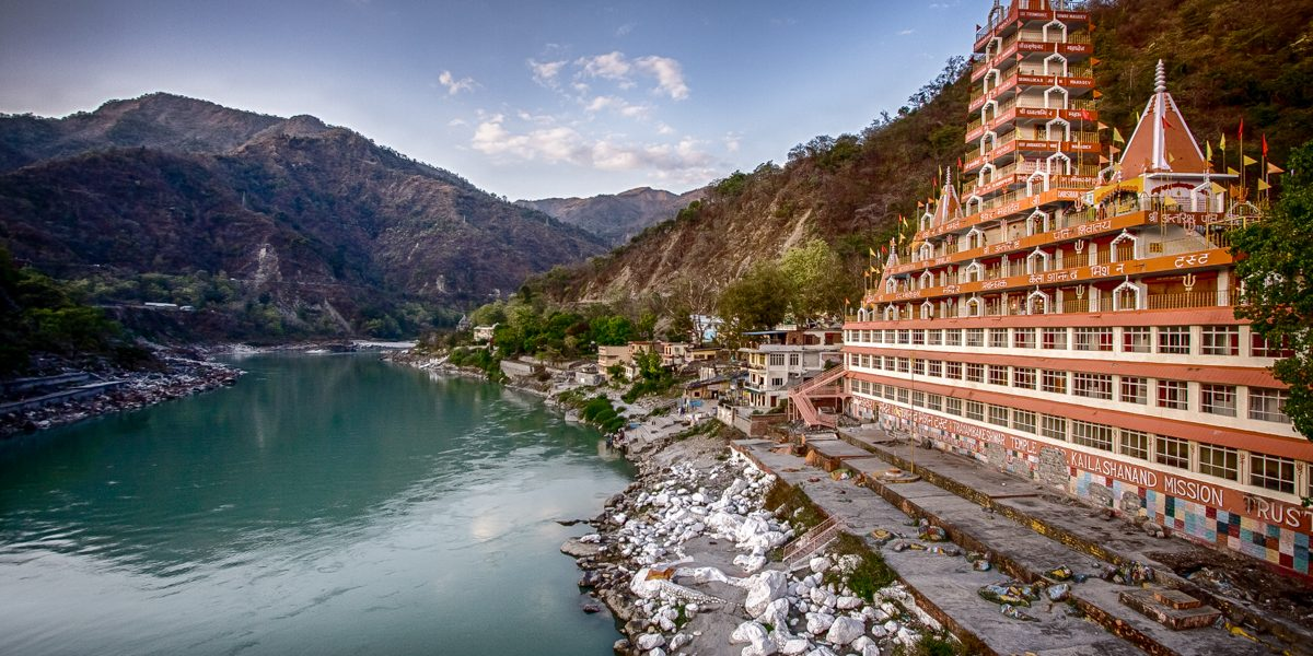 Rishikesh_temple_side_view_of_canal